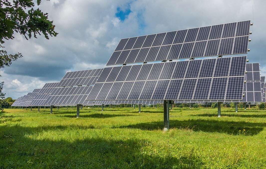 Místo dálnic a bytů máme vysmáté solární barony